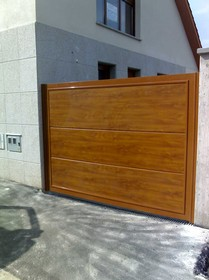 portal en panel sandwich superliso imitacin a madera roble dorado con bastidor en aluminio lacado ral